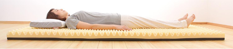 仰向けの寝姿勢の写真